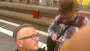 Beim Umstieg in Frankfurt: Diskreter Medien-Check.